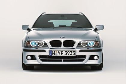 BMW 5er Touring E39 LCI Aussenansicht Front statisch Studio silber