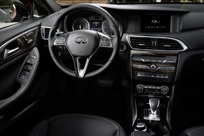 Infiniti Q30 Innenansicht statisch Fahrersitz und Armaturenbrett