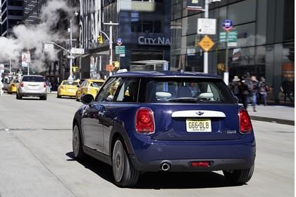 Mini F56 Aussenansicht Heck dynamisch blau