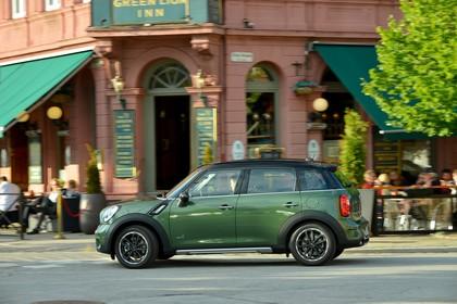 MINI Countryman R60 LCI Aussenansicht Seite schräg dynamisch grün