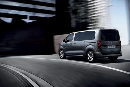 Peugeot Traveller V Aussenansicht Heck schräg dynamisch grau