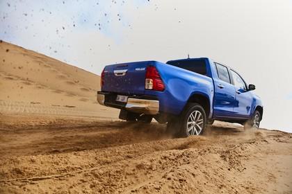 Toyota Hilux AN1P Aussenansicht Heck schräg dynamisch blau