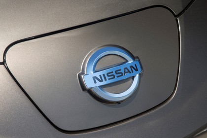 Nissan Leaf ZE0 Aussenansicht Front statisch Detail Ladebuchse geschlossen Nissan Abzeichen