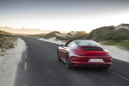 Porsche 911 Targa 4 GTS 991.2 Aussenansicht Heck schräg dynamisch rot