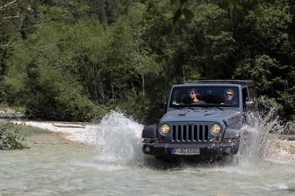 Jeep Wrangler JK Aussenansicht Front schräg dynamisch Wasser grau