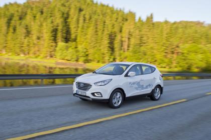 Hyundai ix35 Fuel Cell EL Aussenansicht Front schräg dynamisch weiß