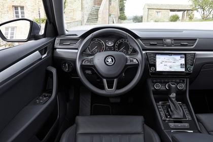 Skoda Superb Limousine 3V Innenansicht Vordersitze und Armaturenbrett statisch
