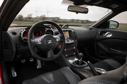 Nissan 370Z Z34 Innenansicht statisch Vordersitze und Armaturenbrett fahrerseitig