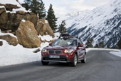 BMW X1 E84 Aussenansicht Front schräg dynamisch rot