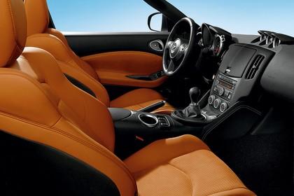 Nissan 370Z Z34 Innenansicht statisch Vordersitze und Armaturenbrett beifahrerseitig