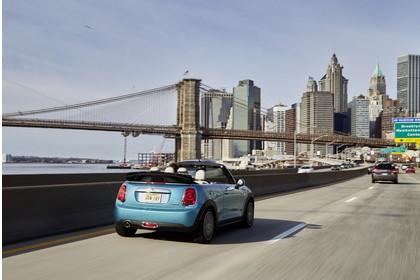 Mini Cabrio F57 Aussenansicht Heck schräg dynamisch blau