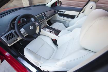 Jaguar XK Cabriolet X150 Innenansicht Fahrerposition statisch weiß schwarz