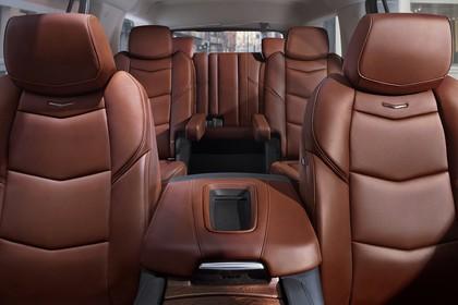 Cadillac Escalade GMTK2XL Innenansicht statisch Vordersitze Mittelarmlehne Rücksitze und 3. Sitzreihe