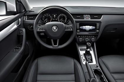 Skoda Octavia 5E Limousine Innenansicht Vordersitze und Armaturenbrett fahrerseitig