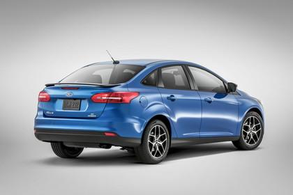 Ford Focus MK3 Stufenheck Aussenansicht Heck schräg Studio statisch blau