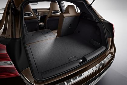Mercedes-Benz GLA X156 Aussenansicht Kofferraum geöffnet 2/3 umgeklappt Studio statisch braun