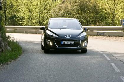 Peugeot 308 Fünftürer Facelift Aussenansicht Front dynamisch schwarz