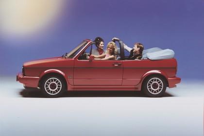 VW Golf 1 Cabrio Studio Aussenansicht Seite statisch rot
