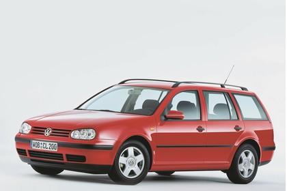 VW Golf IV Variant Aussenansicht Front schräg Studio statisch rot