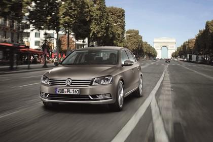VW Passat Limousine B7 Aussenansicht Front schräg dynamisch braun