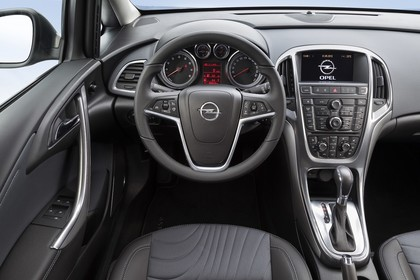 Opel Astra J Limousine Innenansicht Fahrerposition statisch grau