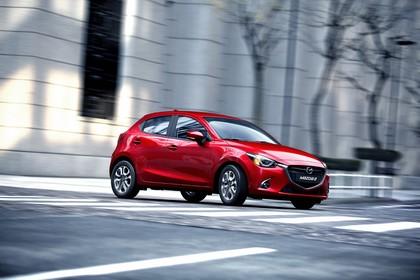 Mazda 2 DJ Aussenansicht Seite schräg dynamisch rot