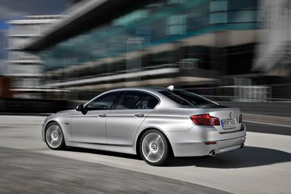 BMW 5er Limousine F10 Aussenansicht Seite schräg dynamisch silber