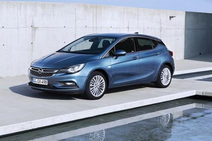 Opel Astra K 5türer Aussenansicht schräg frontal statisch blau