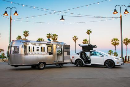 Tesla Model X Aussenansicht Seite schräg statisch weiss