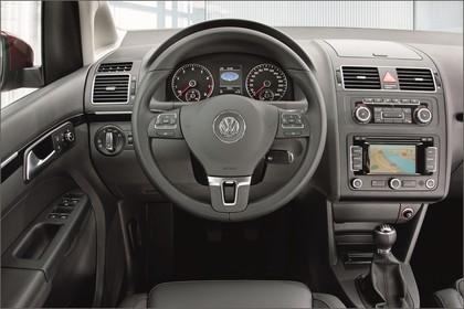 VW Touran 1T Facelift Innenansicht statisch Vordersitze und Armaturenbrett fahrerseitig
