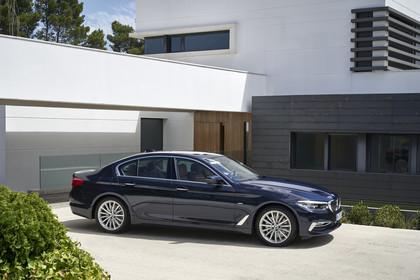 BMW 5er G30 Aussenansicht Seite schräg statisch blau
