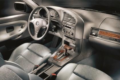 BMW 3er Compact E36 Innenansicht statisch Studio Vordersitze und Armaturenbrett beifahrerseitig
