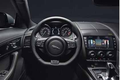 Jaguar F-Type 400 Sport Coupé QQ6 Innenansicht statisch Studio Armaturenbrett fahrerseitig