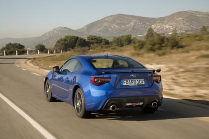 Subaru BRZ Aussenansicht Heck schräg dynamisch blau