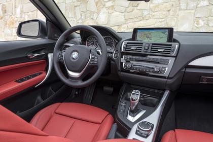 BMW 2er Cabrio F23 Innenansicht Beifahrerposition statisch rot