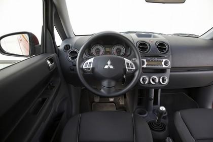 Mitsubishi Colt Fünftürer Z30 Innenansicht Fahrerposition statisch schwarz