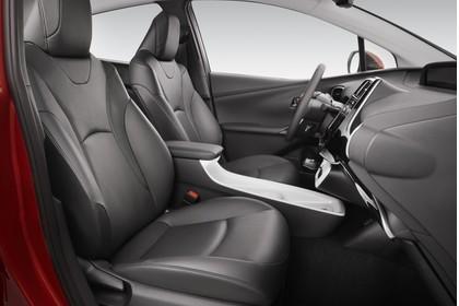 Toyota Prius XW5 Innenansicht statisch Studio Vordersitze und Armaturenbrett beifahrerseitig