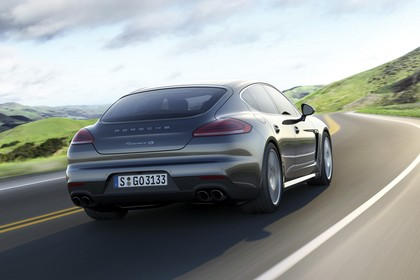 Porsche Panamera 970 Facelift Aussenansicht Heck schräg dynamisch grau
