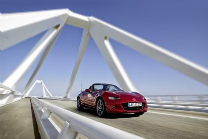 Mazda MX-5 ND Aussenansicht Front schräg dynamisch rot