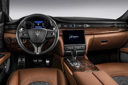 Maserati Quattroporte Innenansicht statisch Studio Vordersitze und Armaturenbrett fahrerseitig