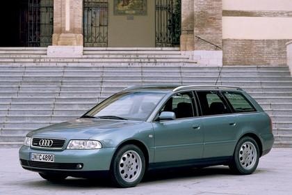 Audi A4 Avant B5 Aussenansicht Front schräg statisch blau