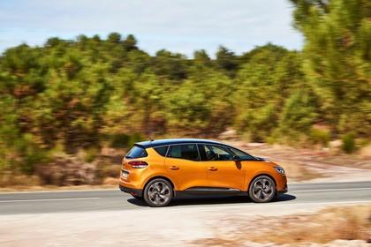Renault Scenic RFA Aussenansicht Seite schräg dynamisch orange