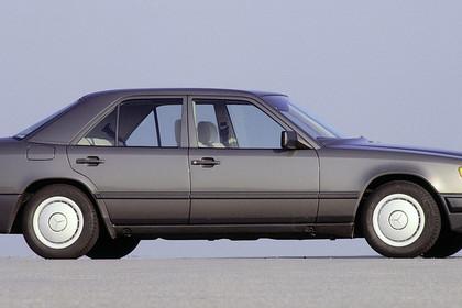 Mercedes E-Klasse Limousine W124 Aussenansicht Seite statisch grau