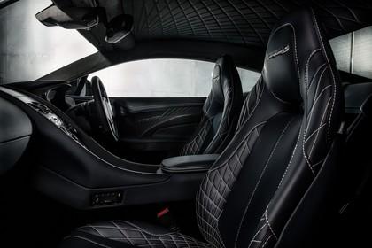 Aston Martin Vanquish VH Innenansicht statisch Studio Vordersitze und Armaturenbrett beifahrerseitig