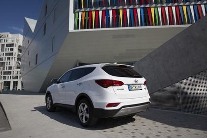 Hyundai Santa Fee DM Aussenansicht Heck schräg statisch weiß
