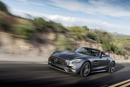 Mercedes-AMG GT C Roadster C190 Aussenansicht Front schräg dynamisch grau