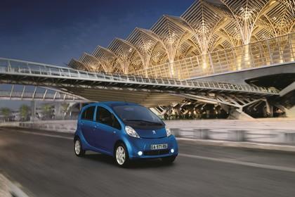Peugeot iOn Aussenansicht Front schräg dynamisch blau