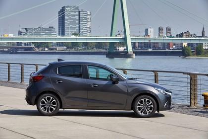 Mazda 2 DJ Aussenansicht Seite statisch grau