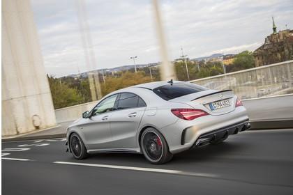 Mercedes-AMG A 45 C117 Aussenansicht Heck schräg dynamisch silber