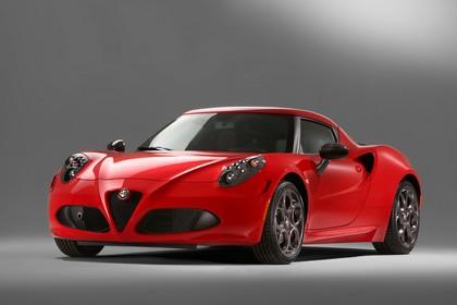 Alfa Romeo 4C Aussenansicht Front schräg statisch Studio rot